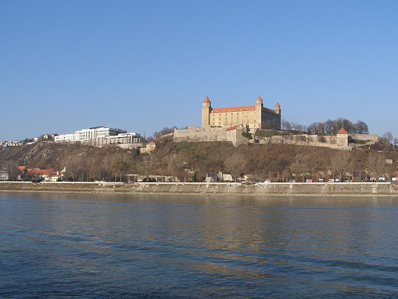 Dunaj je pri bratislavskom hrade