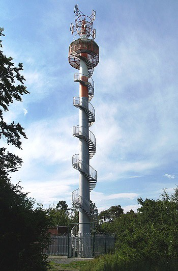 Kovová telekomunikační věž stojí ve výšce 432 metrů nad obcí